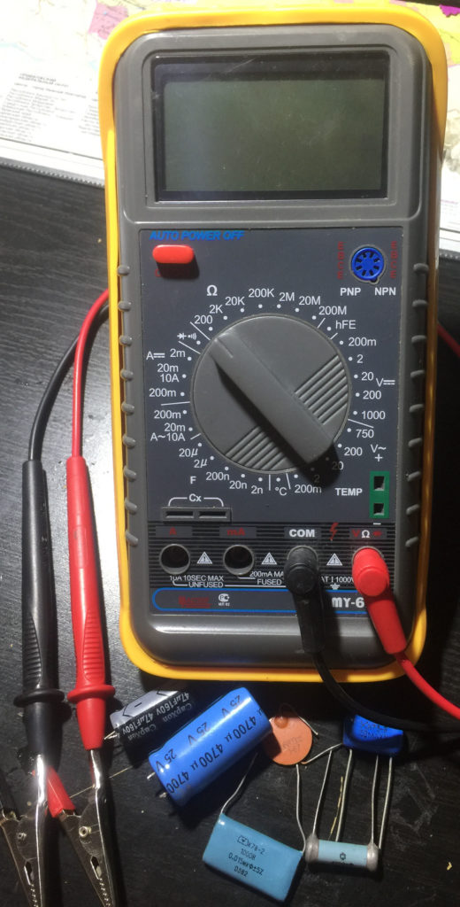 Фотография мультиметра с конденсаторами